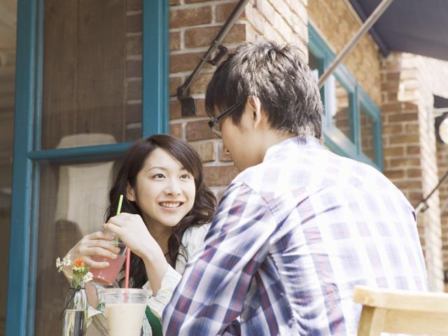 喫茶店で話すカップル