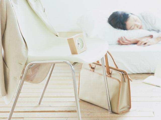 部屋で寝ている女性